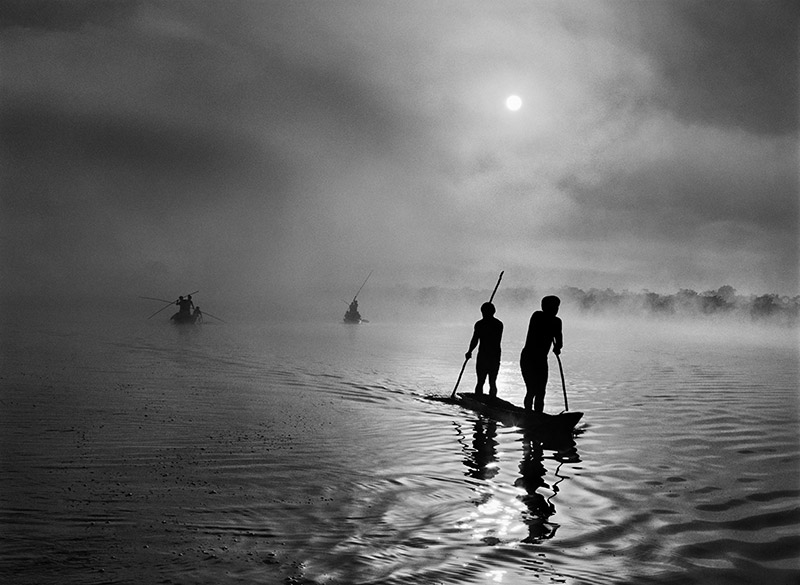 A group of Waura Indians fish in the Puilanga Lake near their village.  Upper Xingu. Mato Grosso State. Brazil. 2005. © Sebastião Salgado / Amazonas images
