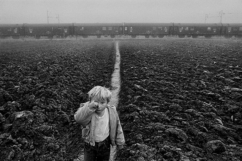 At the Ivankovo train station 120 refugees live in a train. Croatia. 1994. © Sebastião Salgado