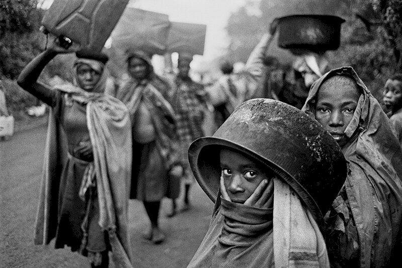 Water supplies are often far away from the refugee camps. Goma, Zaire. 1994. © Sebastião Salgado