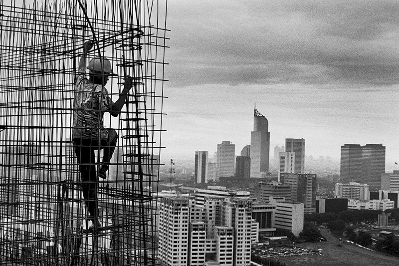 Construction of the Rasuna complex in the commercial and financial district of Kuningan. Jakarta, Indonesia. 1996. © Sebastião Salgado