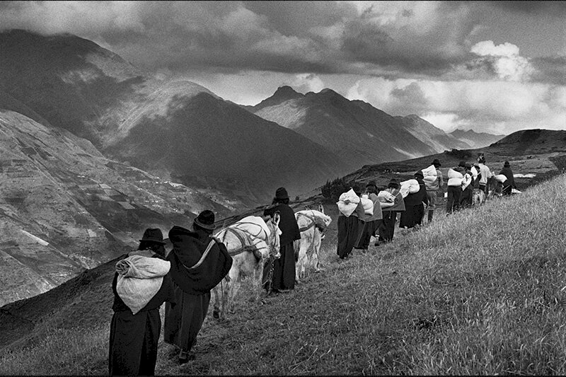 The men having migrated to the cities, the women carry their goods to the market of Chimbote. Region of Chimborazo. Ecuador. 1998. © Sebastião Salgado
